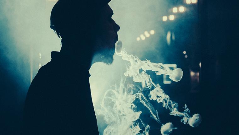 電子タバコの煙で空中に絵を描くベイプトリック