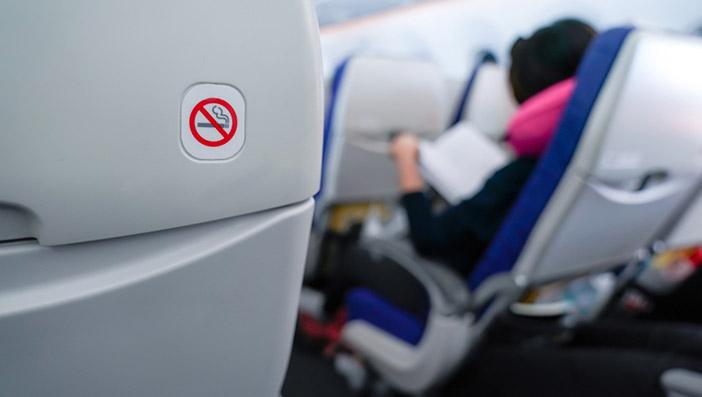 電子タバコは火を使わないが機内で吸うことはできない