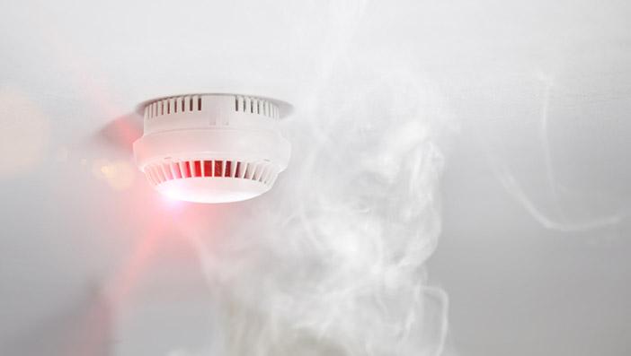電子タバコの煙は火災報知器に反応する?火災報知器が反応しやすい電子タバコの特徴